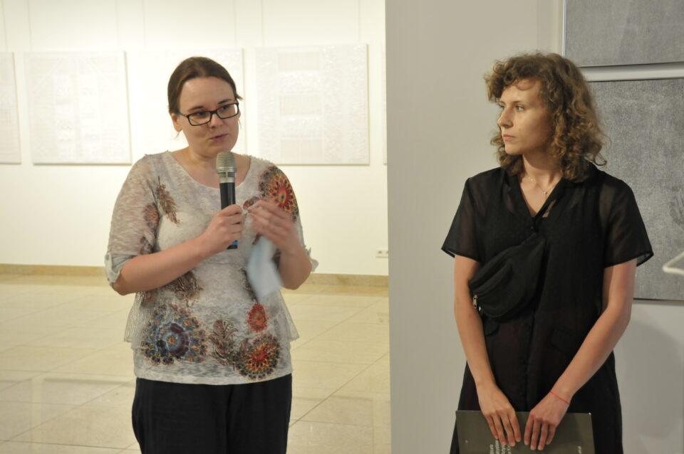 Elżbieta Cybulska przemawia naotwarciu swojej wystawy