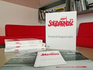 kalendarz 2020-2021 i album o strajkach w Stoczni Gdanskiej o tytule Solidarnosc Sierpien 1980. Autorem zdjęc jest Stanislaw Skladanowski