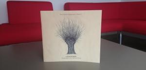 Okładka katalogu do wystawy Leśniczówka. Sztuka organiczna z Dąbrowy Dolnej
