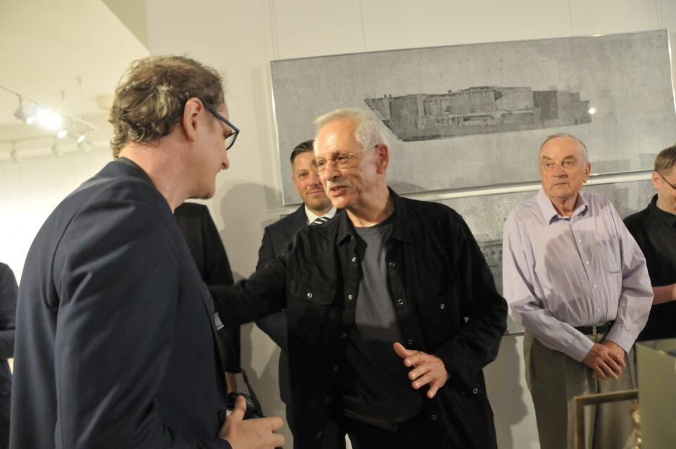 Grzegorz Sideł otrzymał Nagrodę Burmistrza Buska-Zdrój, którą wręczył Bogdan Ptak