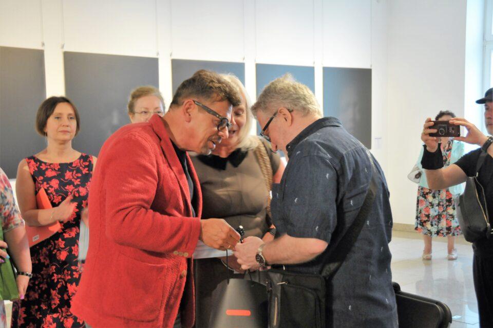 Dorota iTomasz Tworkowie wręczają Nagrodę Hotelu Bristol Busko ART & Medical Spa wBusku-Zdroju Markowi Osmanowi