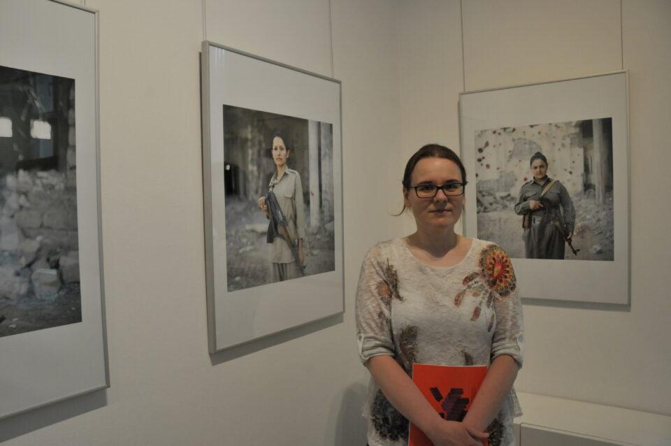 Elżbieta Cybulska naswojej wystawie Kurdyjskie partyzantki